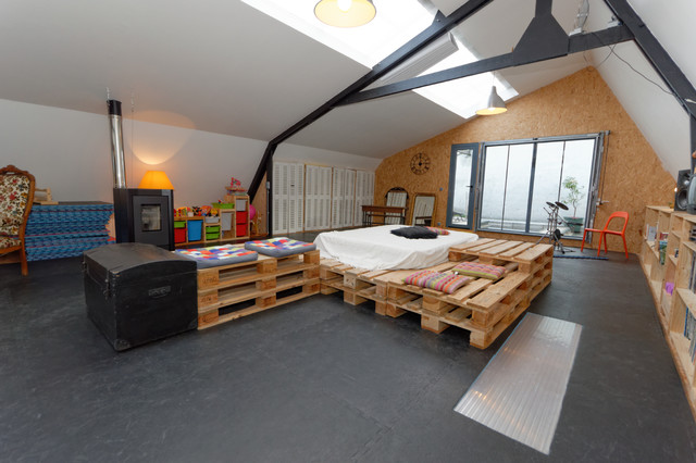 DIY-industrial-family-room-with-big-bed-pallet