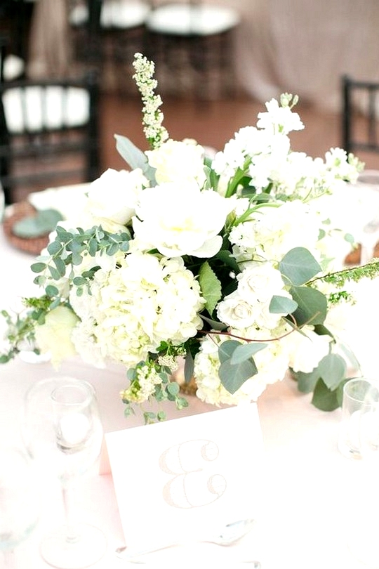 White and greenery wedding centerpiece ideas