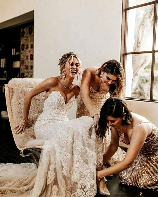 wedding getting ready photo ideas with bridesmaids