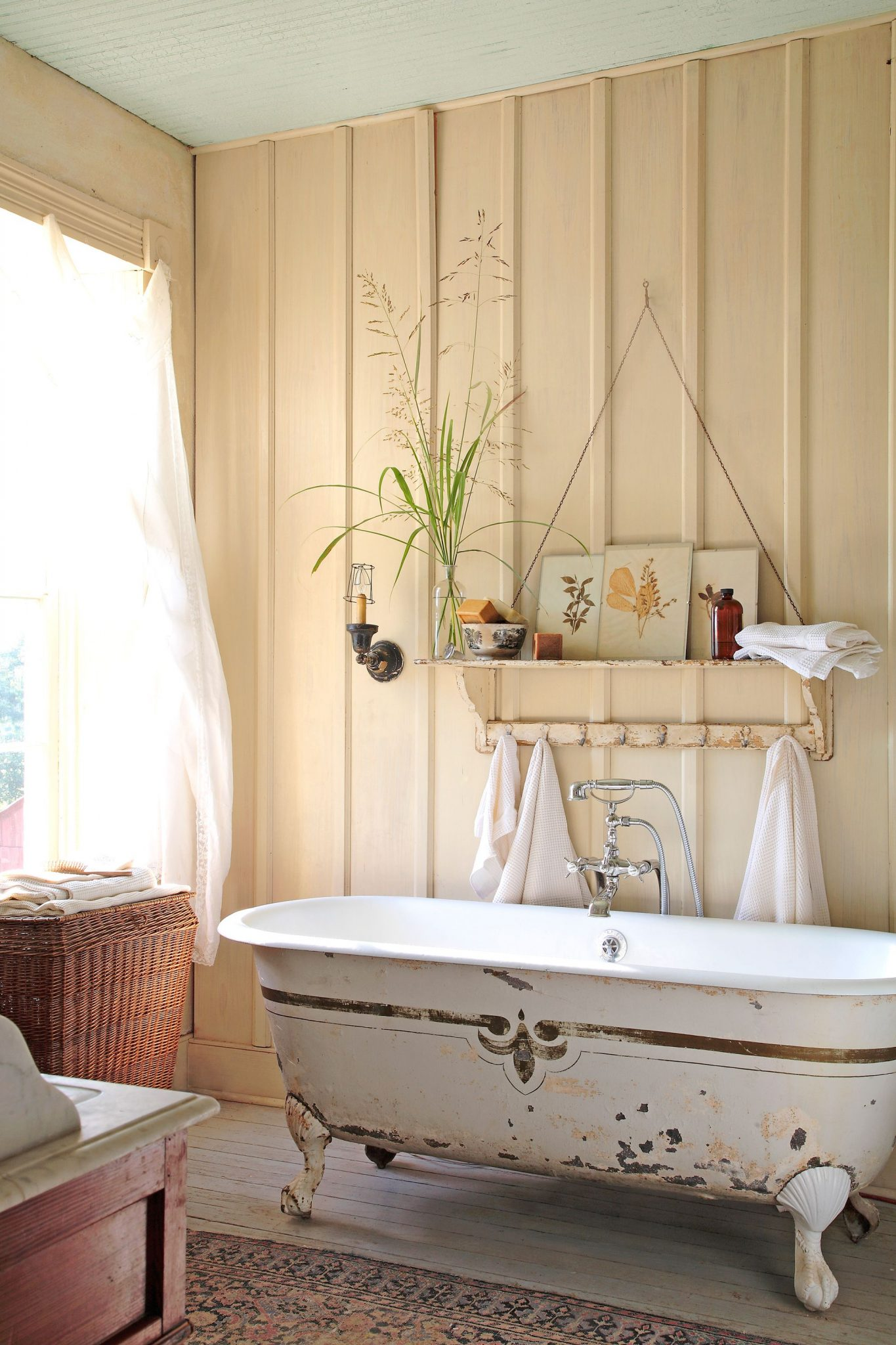 Antique bathroom accessories to complete the rustic style