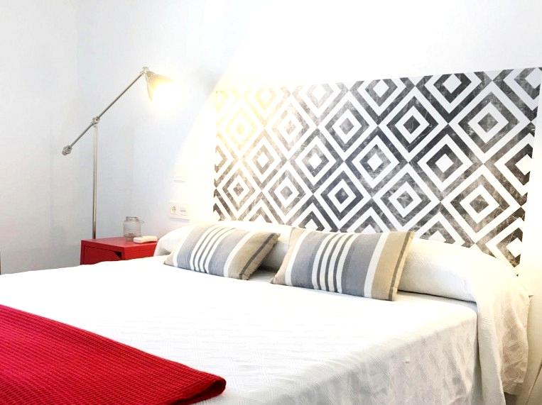 Headboard-bed-vinyl-washable-apartment-squares-worn-lokoloko-design