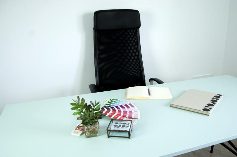 Self-adhesive-plain-color-vinyl-serena-573-for-study-tables-lokoloko-design
