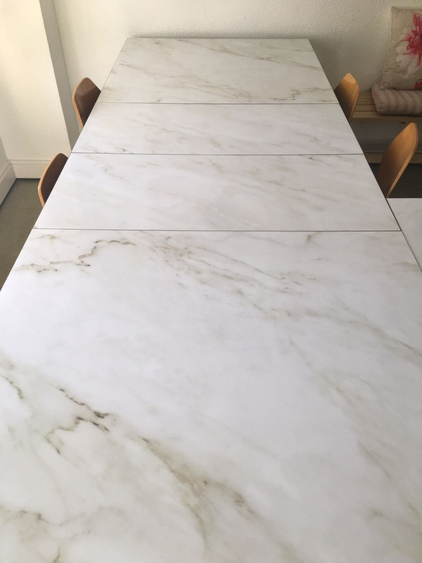 Tables-to-teach-workshops-decorated-with-vinyl-texture-marble-white-carrara-lokoloko