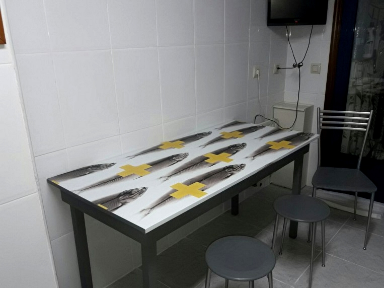 Vinyl-to-protect-kitchen-tables-victims-2-fish-yellow-crosses-different-style-lokoloko