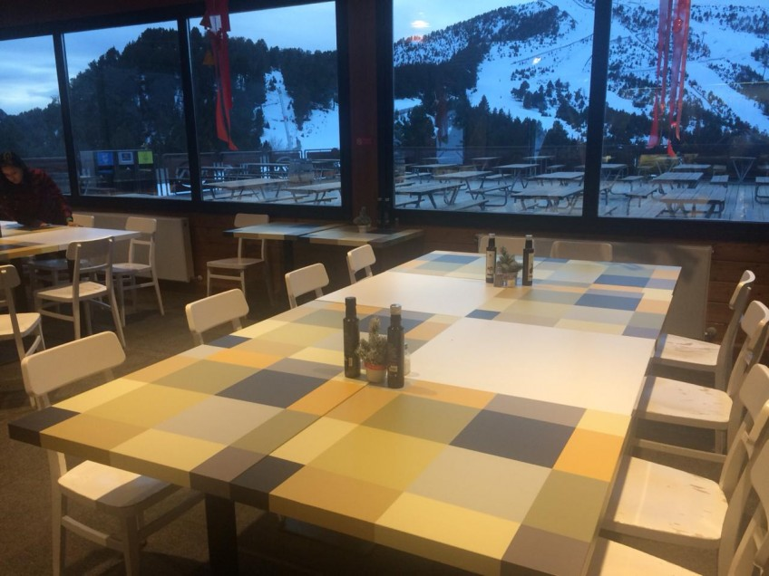 restaurant-tables-decorated-and-renovated-with-vinyl-of-geometric-pattern-8-lokoloko