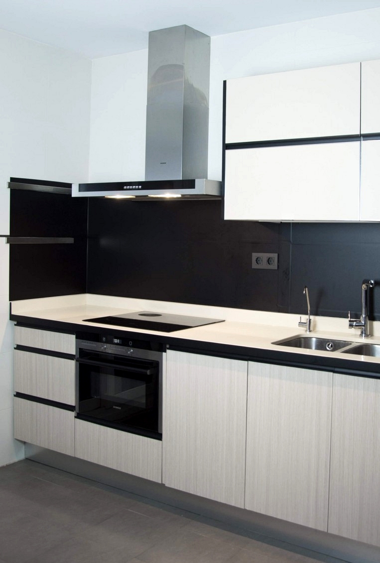 Vinyl-to-stick-kitchen-fronts-plain-color-black-lokoloko