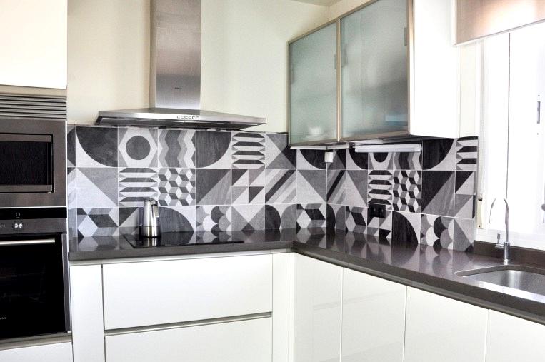vinyl-washable-dark-vintage-geometry-for-covering-kitchen-backsplash-without-works-lokoloko