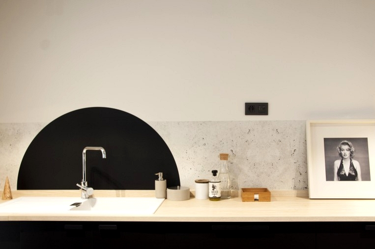 Idea-with-washable-vinyl-to-cover-kitchen-fronts-and-backsplashes-lokoloko