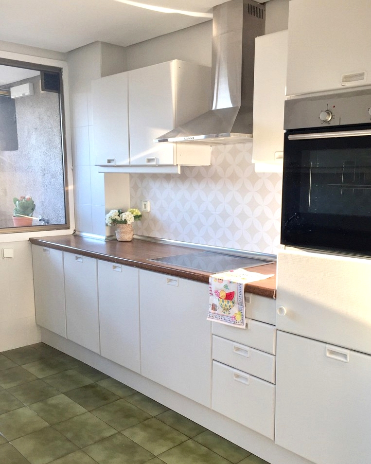 Vinyl-waterproof-mosaic-of-white-circles-to-renovate-kitchen-front-without-works-lokoloko