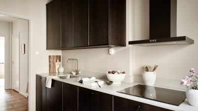 Heat kitchen in darkish wooden